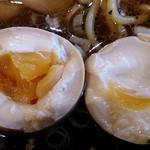麺屋 きら - 麺屋 きら @中葛西 特製正油らーめん 『漆』 にトッピングされる半熟味玉・・・黄身が下にずれとる