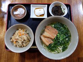 屋宜家 - 201509 アーサそばセット(980円)ジューシー(炊き込みごはん)、もずく、じーまみ豆腐、漬け物付き。