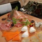 古民家カフェ&バル saburo36 - 生ハムとチーズの盛り合わせ