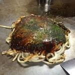 お好み焼き てっちゃん - モダン焼き(うどん)モツ、イカトッピング850円