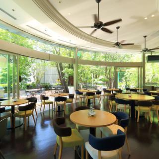 シンガポールの空気感溢れるコロニアルモダンなインテリア
