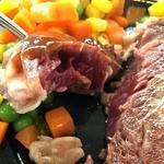 グリーン フィールド - 焼き加減はレアで注文。                             A1ソースをかけてひとくちパクリ。                             う~~!肉~~~!!うまーい!!しかもめっちゃ柔らかい!!