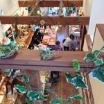 森の石窯パン屋さん - 2Fイートインから店内を見下ろす