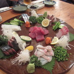 ろばた焼 磯貝 - 磯貝自慢の刺身の盛り合わせ、福岡ならではの新鮮な海の幸に台湾の友人も大満足です。