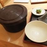 鎌倉かつ亭 あら珠 - ご飯はおひつで出る。ご飯、キャベツ、味噌汁は無料でお替りできる