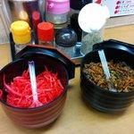 博多らーめん いのうえ - 定番の卓上トッピング、紅生姜と辛子高菜。辛子高菜は以前のものとは違うものになりました。