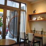 Koto Cafe - 手前は喫煙コーナー