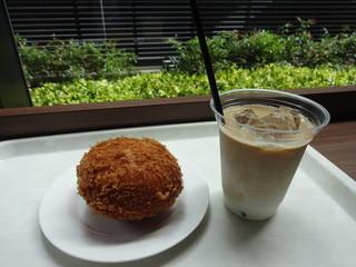 セントラル カフェ テラス - ざくざくカレーパン:200円、アイスカフェラテ:230円