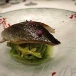 軽く燻した「北海道産新秋刀魚」と梨、大葉を練り込んだ冷製タリオリーニ すだちの香り