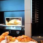 グランド キッチン - この窯でパンを焼いたり温めてくれたり