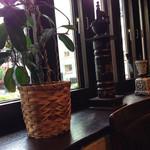 ランバン - 窓側に植物や調度品