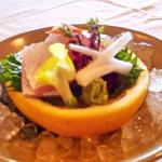 四季亭 - グレープフルーツの器も食べられるカンパチと鯛のお造り。