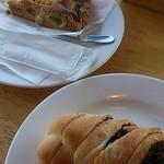 42159892 - 洋ナシのタルト380円クランベリーとチョコのパン150円
