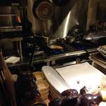 ビーストキッチン - カウンンターから厨房内