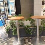 ハナフル 新宿マルイ店 - テイクアウト用の飲食コーナー