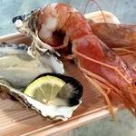 糸満漁業協同組合 お魚センター - 300円の特大赤エビと300円の牡蠣!                             海老はうそでしょ!ってくらい大きくて身がしっかりしててとろねば~。すっごく美味しい!牡蠣もまちがいなく美味しかった!