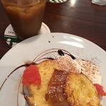 アビルコーヒー プラス - フランスパンのトーストに蜂蜜がかかって冷たいバニラアイスを添えて一緒に食べると美味しいです。