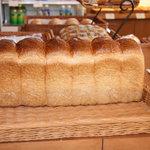 ベッカライ ヤキチ - ライ麦食パン 上質なライ麦粉を使用した食パン。野菜やチーズを挟んでサンド!うまいっ