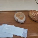 42170102 - お焼きパン(180円)と焼きカレーパン(170円)