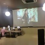 沖縄そば専門店 和 - 座敷席には大きなスクリーンがあって席も広々