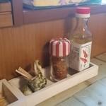 沖縄そば専門店 和 - テーブルの上にはコーレーグス♪