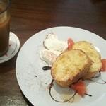 アビルコーヒー プラス - フレンチトーストとアイスコーヒー。