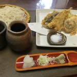 42179680 - 三色そば(更科そば)                       野菜天ぷら