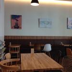 ミライスト カフェ&キッチン - 店内、壁側のソファの下に電源コンセントあり