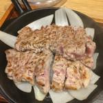 42189213 - ステーキ肉ふた切れがカットされてます(^^)