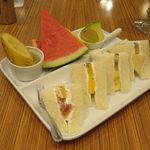 42201500 - ランチ・サンドイッチ:フルーツ・サンド+カット・フルーツ+桃のジュース1