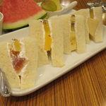 42201502 - ランチ・サンドイッチ:フルーツ・サンド+カット・フルーツ+桃のジュース2
