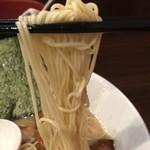 らーめん専門店 小川 - 低加水の細麺。硬めオーダーの為、歯切れ良し!