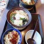 味の民芸 - 揚げ玉全部投入したばかりの味噌煮込みうどん/手前は鍋焼きうどん&ミニソースカツ丼