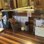 ラーメン ロケットキッチン - カウンター席(箱ティッシュ完備・水はセルフ)