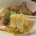 ラーメン ロケットキッチン - トリ塩パイタン<半熟煮玉子入り>(800円)麺リフト