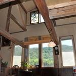 たまごカフェ - 天井が高くて開放的です