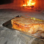 マカロニ食堂 - 薪窯で焼く!超厚切りの牛ロース肉。