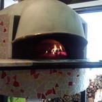 マカロニ食堂 - 本格ナポリピッツァには欠かせない!イタリア製の薪窯。