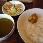 マイティガル - ◆キーマカレー(1050円)・・ルー・ライス(インドのお漬物が添えられています)・野菜サラダが付きます。 キーマカレーは挽肉は少な目だとか。お味の感想は普通だと申しておりました
