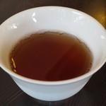 走井餅老舗 - セルフでいただいたお冷代わりのほうじ茶
