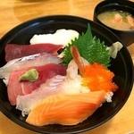 せとぐち - 海鮮丼860円。                             お味噌汁は海老の頭のお味噌汁でした。
