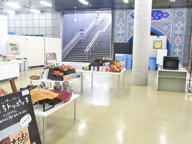 国立民族学博物館特別展示館ミュージアムショップ - その一画にお店が 電子レンジとお湯のポットあり☆♪