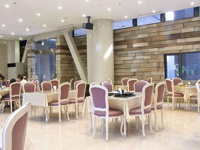 レストランみんぱく(国立民族学博物館) - 店内は広々 昔のデパートの大食堂的雰囲気