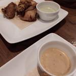 ピソラ - 唐揚げ、バジルソースと醤油ソース。