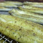 おくまや - 料理写真:炭火で軽く白焼きにされ、網の上で簡単な焼き干し状態にされて並んでいます。このまま簡単にトースター等で温めて、山葵醤油で食べるのが一番。