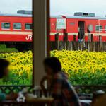 42244700 - 大きな窓の先の赤と黄色