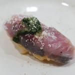 ロティスリー カルトポスタル - 香草ソースとチーズのかかった寿司