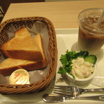 カフェデンマルク - トーストセットサラダ付(アイスカフェラテ) 420円