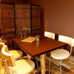 祭 - ゆったりと寛げるテーブル席。拘りのインテリア、椅子は特注品です♪