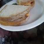 喫茶アービー - トマト&チーズのサンドイッチです